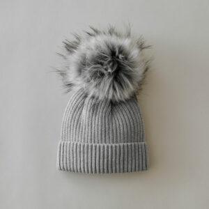 bonnet cocooning gris clair avec pompon